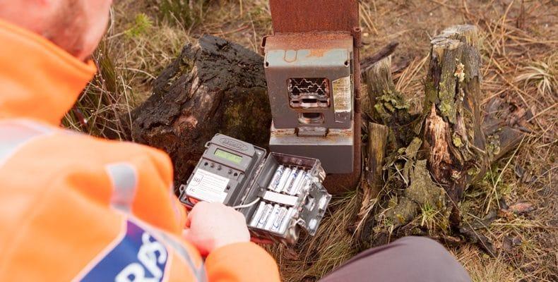 Eens in de maand verwisselt Martin de geheugenkaartjes en batterijen.
