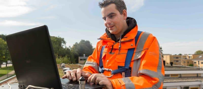 rps-case-monitoren-groen-daken-utrecht-ed-kamperdijk-pose-closee