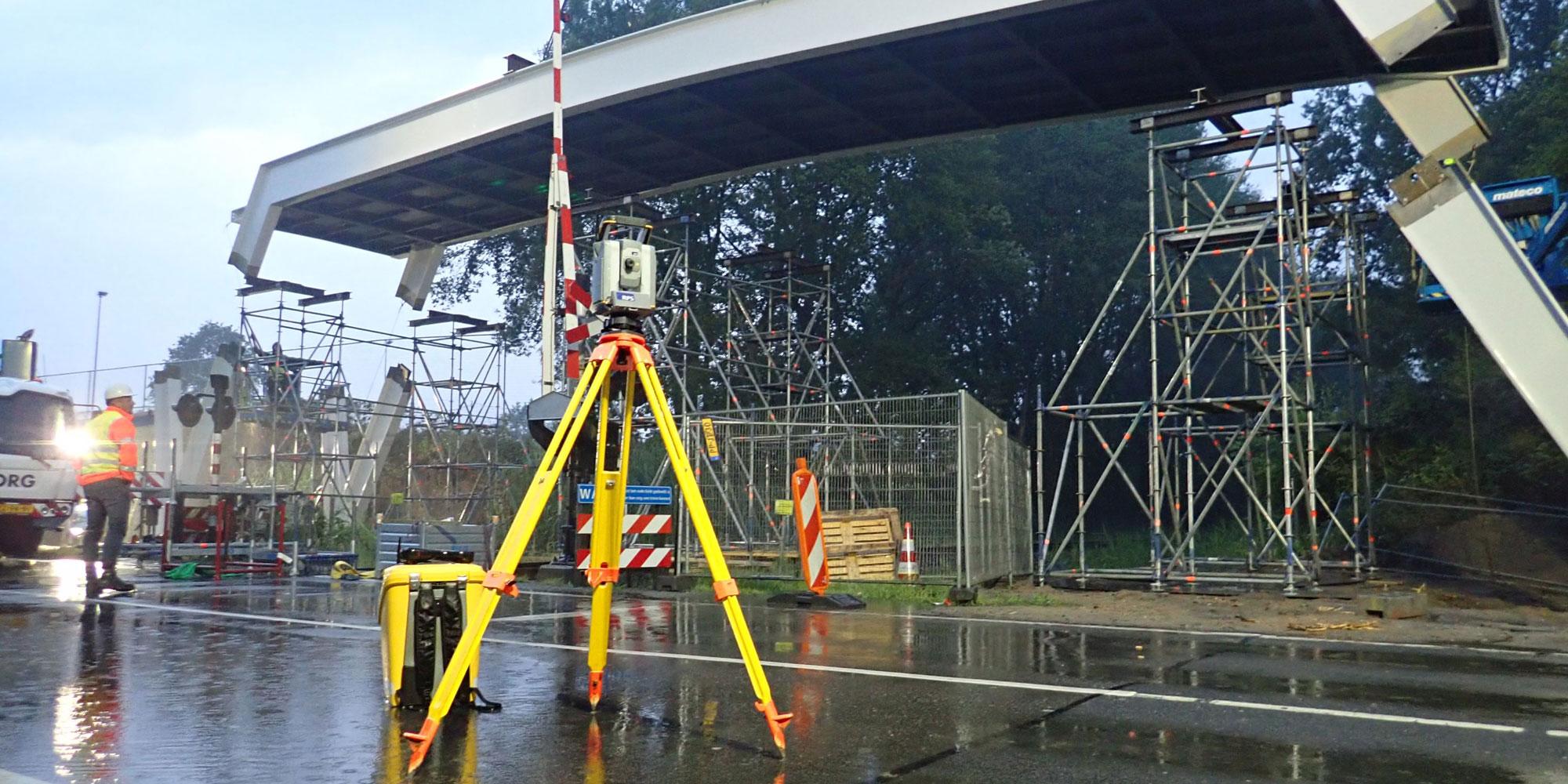 Millimeterwerk: fietsbrug over Euroregioweg in Enschede hangt